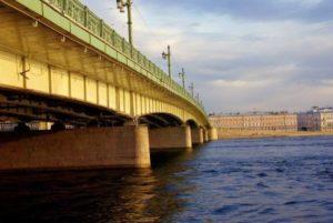Утопленницу вытащили из Невы в Петербурге