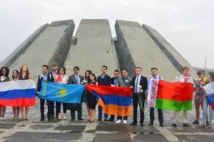 """Участники I Евразийского Гражданского форума возложили цветы к мемориалу """"Цицернакаберд"""""""