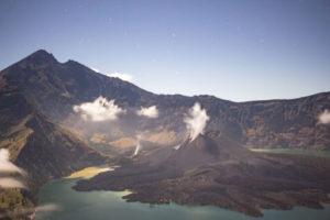 Более сотни туристов пропали без вести после извержения вулкана в Индонезии