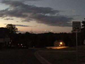 Два светящихся НЛО пролетели над горными вершинами в Ньюмане
