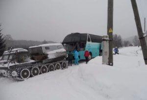 Снежные заносы заблокировали автобус с детьми почти 10 часов