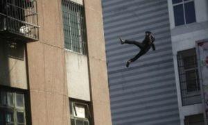 Пожилой человек выбросился из окна четвертого этажа