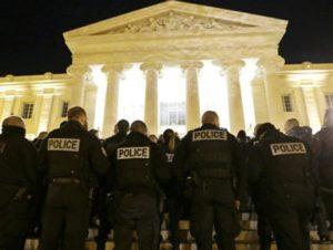 В Марселе около двухсот полицейских устроили манифестацию