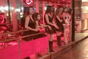 Тайские проститутки вышли на работу в черных нарядах, не дождавшись завершения траура по королю