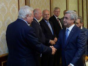 Депутат Бундестага Германии передал президенту Армении бронзовую фигурку голубя