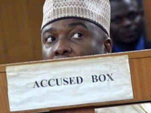 Власти Нигерии обнаружили более $800 тысяч у судей-взяточников
