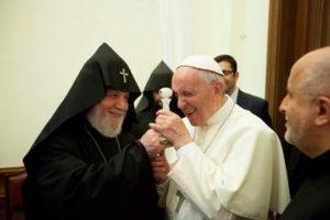 Папа Франциск отправил медаль армянскому мастеру, создавшему его самый маленький портрет