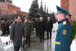 Министр обороны Армении возложил венок к мемориалу погибшим в Великой Отечественной войне