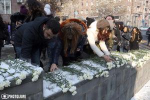 В Ереване люди несут цветы и свечи к посольству России