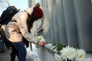 Жители Еревана приносят цветы к посольству Германии в память о жертвах теракта в Берлине