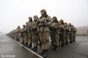 Армянские солдаты приносят клятву, отправляясь на передовую