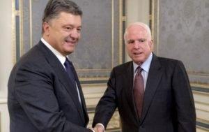 Порошенко и сенаторы США прибыли в Донбасс поздравить пехоту