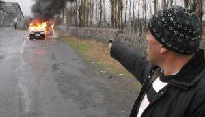 Азербайджанский ветеран войны сжег свой автомобиль в знак протеста (Видео)