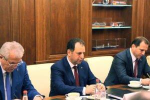 Глава Минобороны Армении обсудил вопросы сотрудничества с главой Минпромторга России
