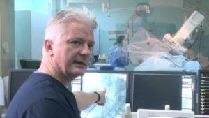 Голландский врач демонстрирует в РА новые навыки операции