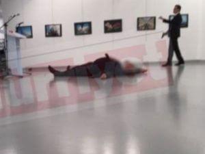 Покушение на посла России в Анкаре: нападавший все еще в здании, а посла не могут доставить в больницу