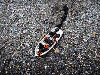 горы пластикового мусора