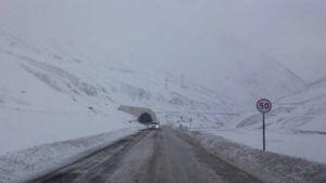 Ситуация на Военно-Грузинской дороге: Автомобилям разрешено передвигаться только по лавинозащитным тоннелям