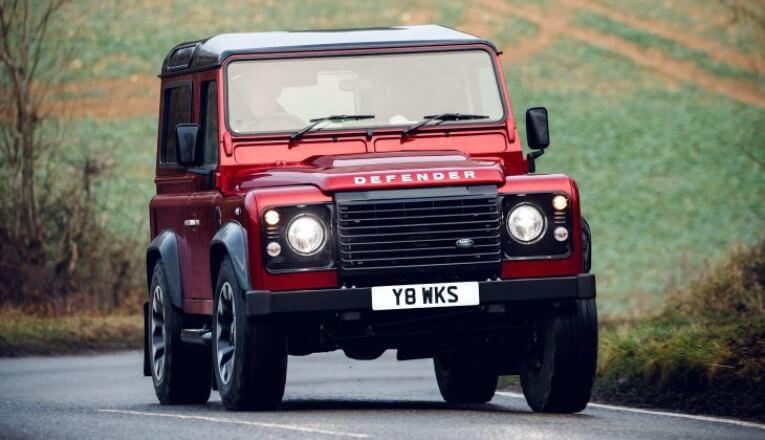 Британский пенсионер ездит наDefender спаровым мотором