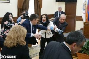 Мэрия Еревана категорически осудила драку на заседании Совета старейшин