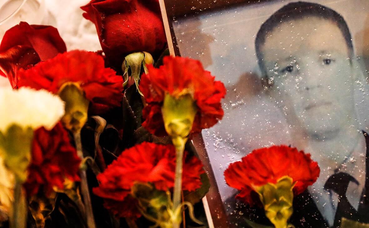 Москвичи несут цветы кзданию Минобороны вчесть майора Филиппова