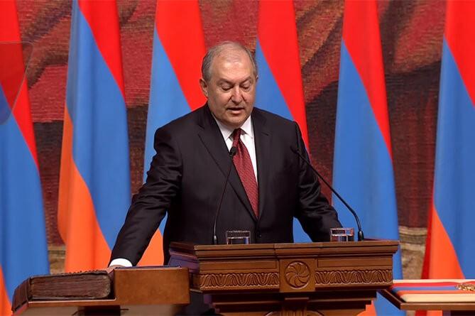 Руководство  Армении ушло вотставку