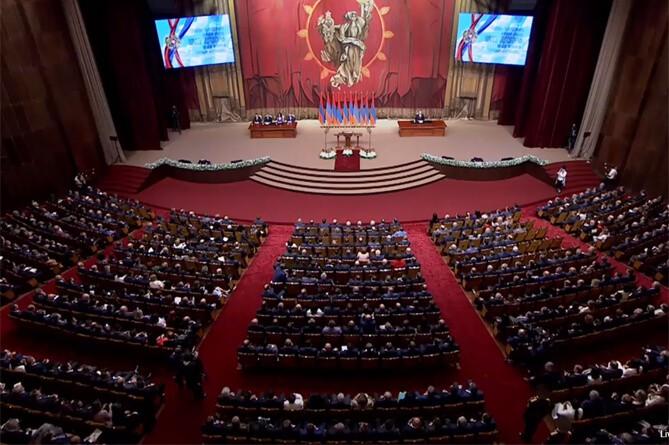 Избранный президент Армении Саркисян принес присягу ивступил вдолжность