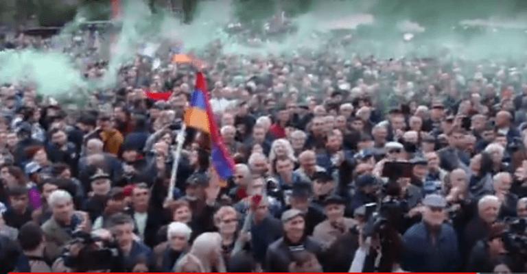 ВЕреване полиция начала разгонять перекрывающих улицы демонстрантов