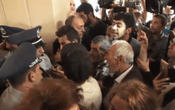 В Ереване демонстранты прорвались в здание мэрии (Видео, онлайн)
