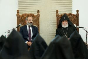 Премьер-министр Армении встретился с членами ежегодного собрания Верховного духовного совета