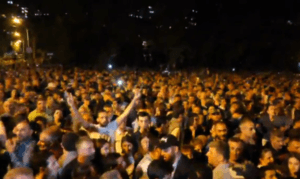 В Ереване тысячи разгневанных граждан заблокировали парламент