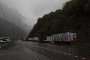 Приостановлен проезд грузовиков в Грузию с российской стороны пропускного пункта Степанцминда-Ларс