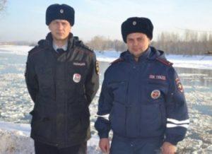 Российские полицейские снежками спасли жилой дом от пожара