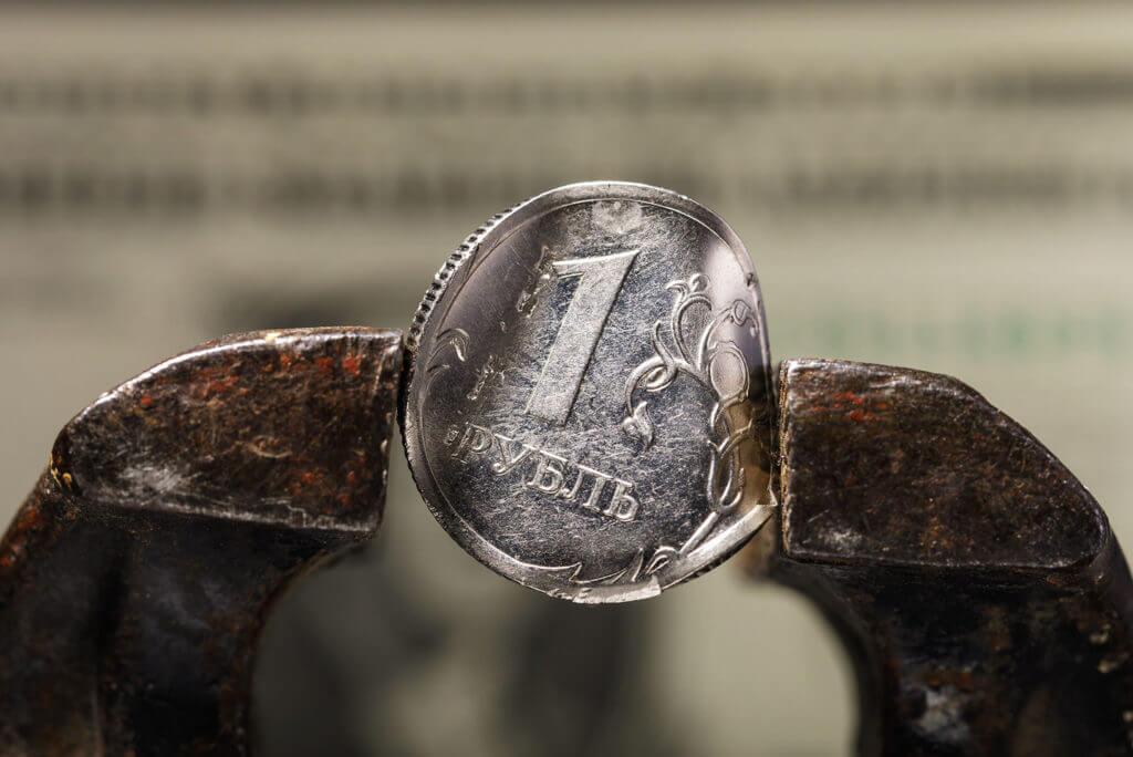 Рубль снижается на фоне российско-украинского конфликта
