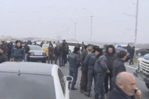 Жители Эчмиадзина перекрыли трассу в Ереван, требуя вернуть в тюрьму Манвела Григоряна