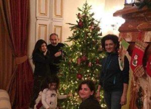 Никол Пашинян украшает елку вместе с семьей