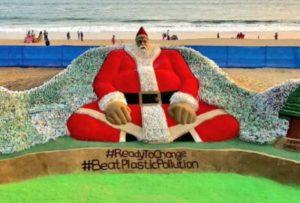 На пляже в Индии появилась скульптура Санта-Клауса из 10 тысяч пластиковых бутылок
