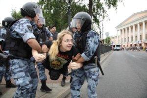 ОМОН применил дубинки против участников акции в Москве. Людей облили водой из поливальных машин