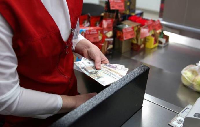 Эксперимент по снятию наличных в кассах супермаркетов могут расширить на всю Россию