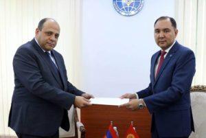 Новоназначенный посол РА вручил копии верительных грамот первому замминистра ИД Кыргызстана