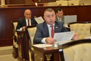 Азербайджанский депутат отказался от мандата после скандала: он занял 300 тысяч долларов под залог депутатского удостоверения