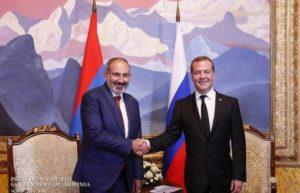 Пашинян поздравил Медведева с днем рождения