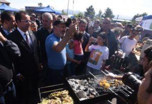 """Премьер-министр Армении посетил гастрофестиваль """"Эко фиш фест"""" на Севане"""