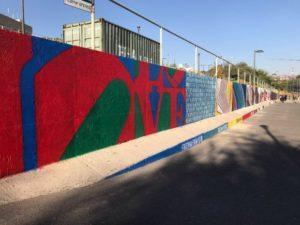 В посольстве США в Ереване появилась 100-метровая стена с граффити