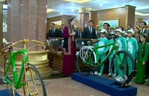 Глава Туркменистана передал в музей два своих велосипеда