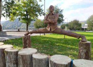 В азербайджанском селе Вандам появился памятник Жан-Клоду Ван Дамму