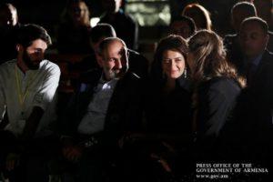 Премьер-министр Армении с супругой присутствовал на спектакле по мотивам его книги