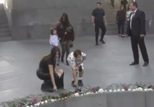 """Ким Кардашян с сестрой и детьми посетила мемориал """"Цицернакаберд"""""""