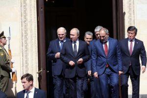 Сооронбай Жээнбеков: Необходимо предпринять меры по устранению препятствий на рынке ЕАЭС