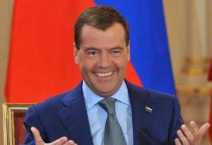 Медведев: В отношениях с США Зеленский оказался между молотом и наковальней